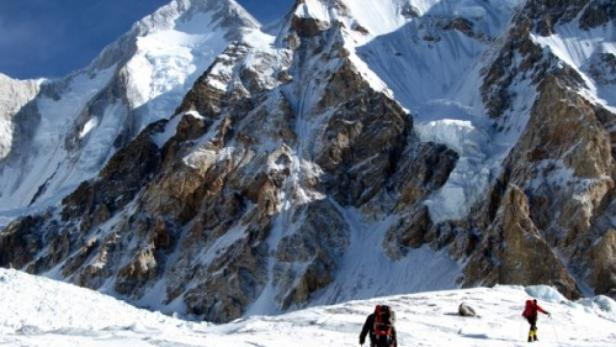 Die Helikopterbesatzungen haben den Hidden Peak auf rund 8000 Metern Höhe süd- und nordseitig abgesucht.