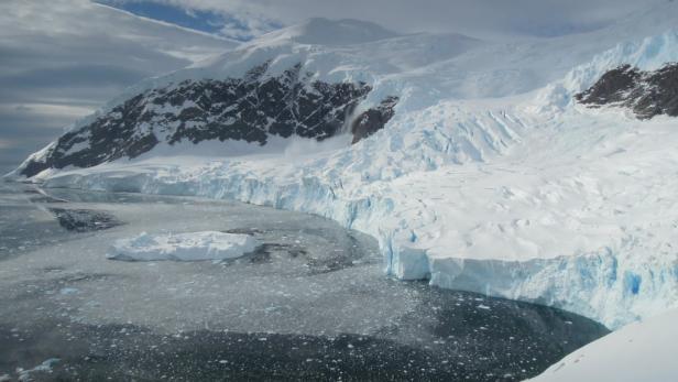 Absolute Stille in Neko Harbour – nur der stark kalbende Gletscher macht dumpfe Geräusche.