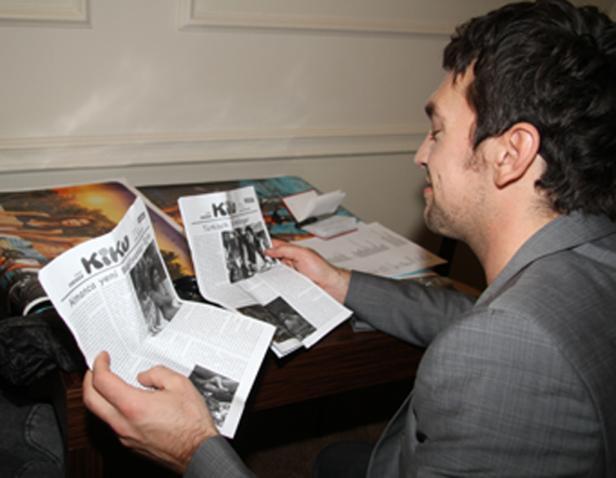 Regisseur liest den Bericht über den Film auf einem Probeausdruck