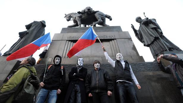 Tschechen mit Guy-Fawkes-Masken vor der Wenzel-Statue in der Prag.