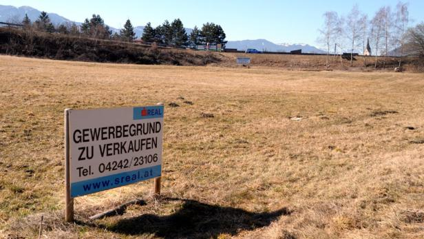 Auf diesem Grundstück bei der Autobahnabfahrt soll das Etablissement im toskanischen Villenstil entstehen.