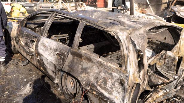 Ausgebranntes Autos: Dutzende Tote am Samstagmorgen
