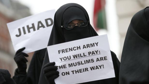 """Eine Demonstrantin in London droht: """"Französische Armee, du wirst bezahlen: Die Muslime sind schon unterwegs!"""""""