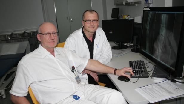 Die Unfallchirurgen Georg Thewanger und Wolfgang Huber (v. li.)
