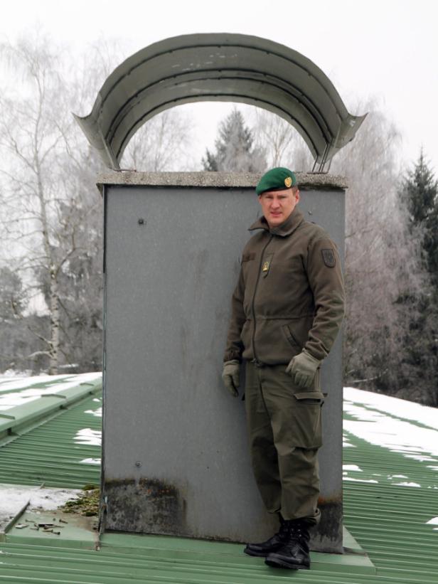Presseoffizier Major Gerald Gundl vor dem Kamin, in dem der Grundwehrdiener stecken blieb.