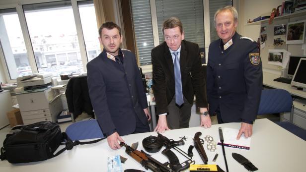 Die Ermittler aus Oberösterreich mit einem Teil der beschlagnahmten Waffen
