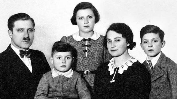 Gertrude mit ihren Eltern und Brüdern in der Emigration 1939