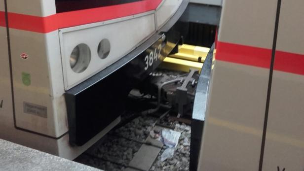 Dieses Foto zeigt die Züge nach dem Aufprall, der im Schritttempo von rund 5 km/h passiert sein soll