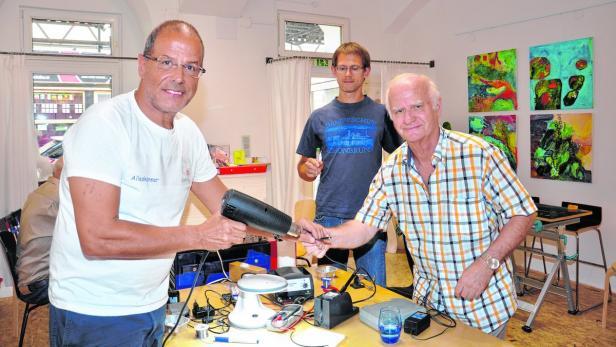 Mit Peter Erlebachs (li.) Hilfe konnte Helmut seinen Radio reparieren
