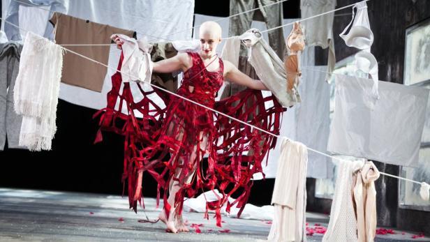Elfenkönigin Titania (Kata Petö) tanzt diesmal über den Wäscheboden einer Mietskaserne statt durch den Shakespeare'schen Wunderwald.