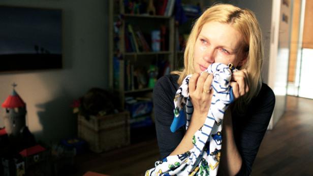 Mit den Pyjamas der Kinder: Billi verzweifelt an ihrem Verlust.