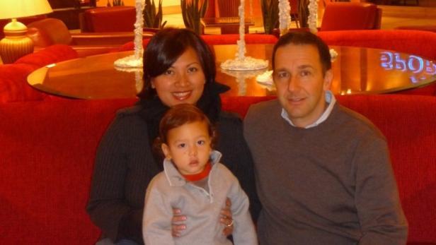 Familienleben: Bei Emirates lernte Karl die malayische Flugbegleiterin Noni kennen, Sohn Alexander ist 4.