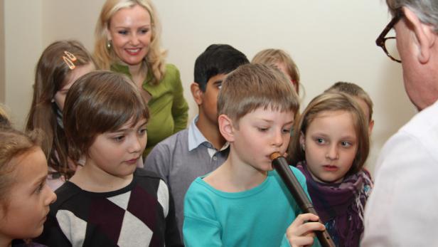 "Simon Karner probiert die ""Stock-Flöte"" aus"