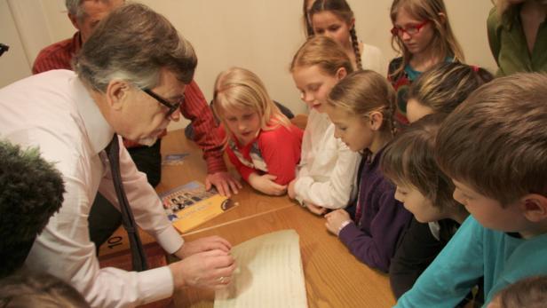 Der Leiter des Archivs breitet einen der kostbaren Schätze aus - Noten aus der Hand von Wolfgang Amadeus Mozart