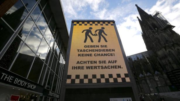 Wirken wie Hohn: Warnung vor Taschendieben vor dem Bahnhof