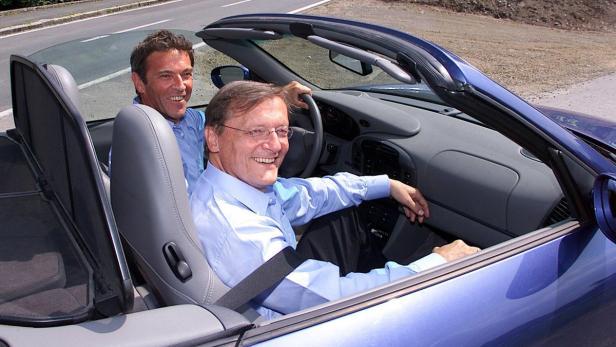 Schüssel (r.) am 12. Juni 2000 als Haiders Beifahrer im Porsche am Weg zum traditionellen Kufenstechen in Feistritz im Gailtal.
