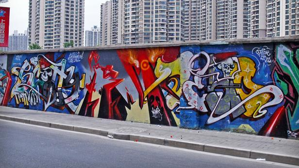Eine Wand in Shanghai, die Loomit zusammen mit den Sprayern Scotty und Dezio in Farben tauchte.