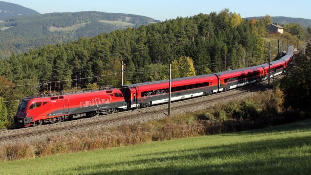 Der ÖBB Hochgendigkeitszug Railjet auf deuf der Südtrecke am e am Dienstag, 18. Okt2011