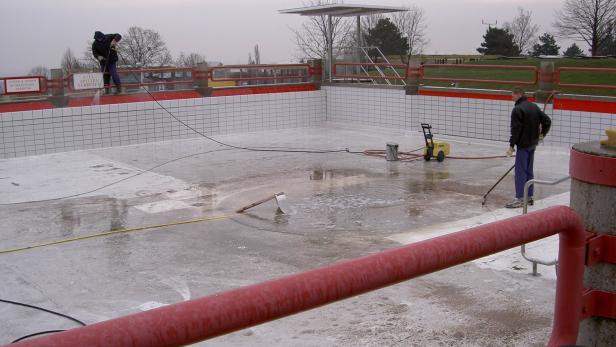Bevor die neue Saison startet, müssen die Becken gereinigt werden