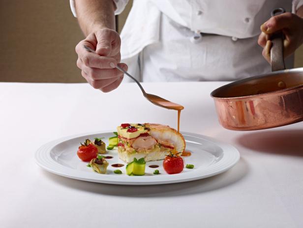 Food-Stylisten und Experten für Special Effects: Wenn Schauer das Zepter in die Hand nimmt, hat er bis zu 50 Helfer mit am Set, die das Essen ins perfekte Licht rücken