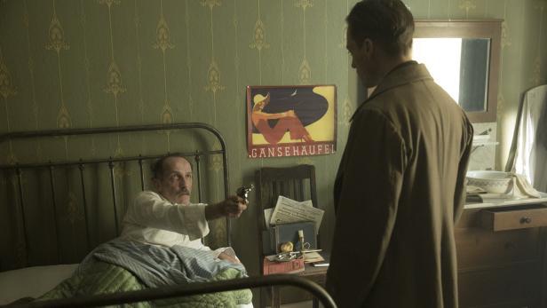 Samuel Katelbach (Karl Markovics) richtet die Waffe auf Gereon Rath (Volker Bruch)