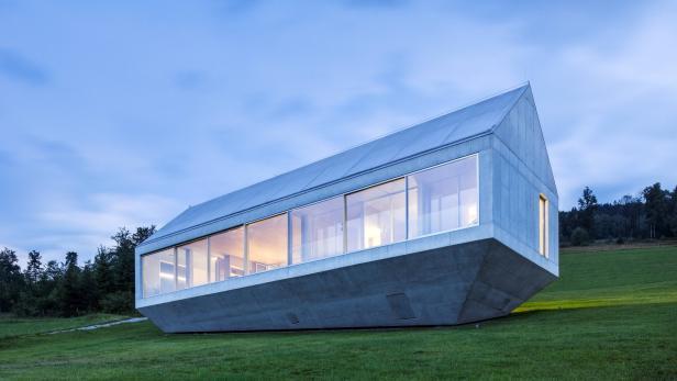 Das Haus in Südpolen ist aufgrund der steilen Hanglage so platziert, dass es über der Erde zu schweben scheint.