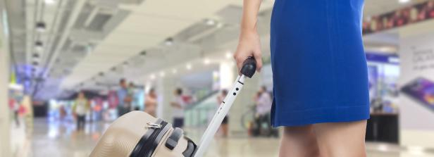 Kopie von Business woman traveling and holding suitcase in t