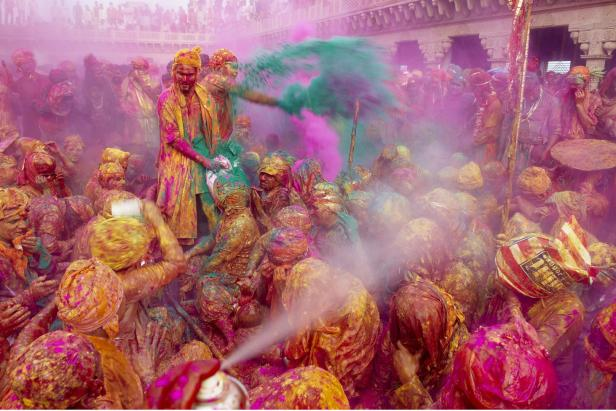 India, Uttar Pradesh, Holi festival, color and spr…
