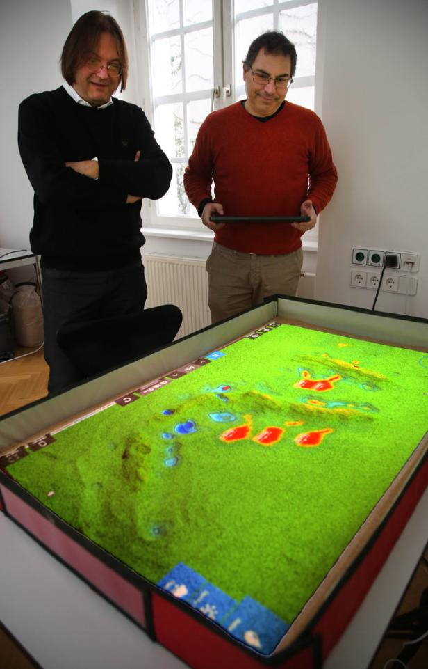 Simulation der Ausbreitung eines Brandes am Simtable, Thurner mit Vito Servedio.