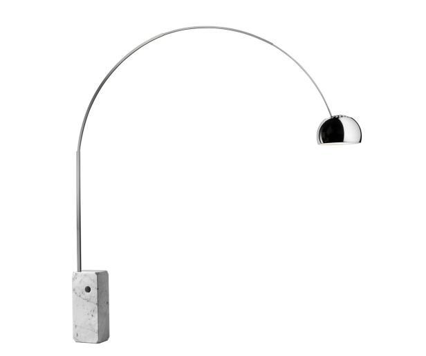 Kultig: Standleuchte 'Arco' für Flos bringt das Licht von der Ecke in die Raummitte.