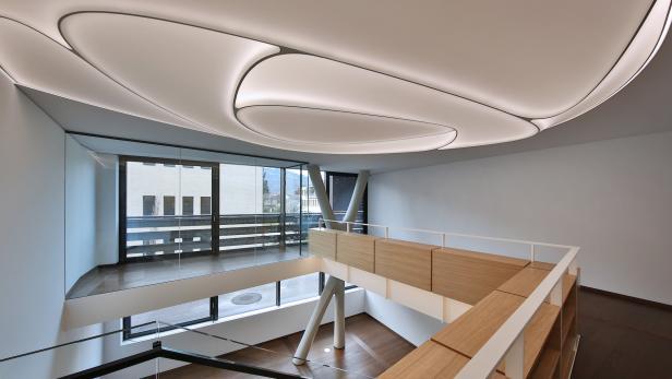 Akustisch aktive Lichtfelder sind in die Decke integriert.