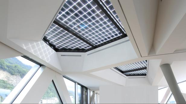 Die Fotovoltaik-Elemente an den Oberlichtern sorgen für ein interessantes Licht- und Schatten-Spiel.