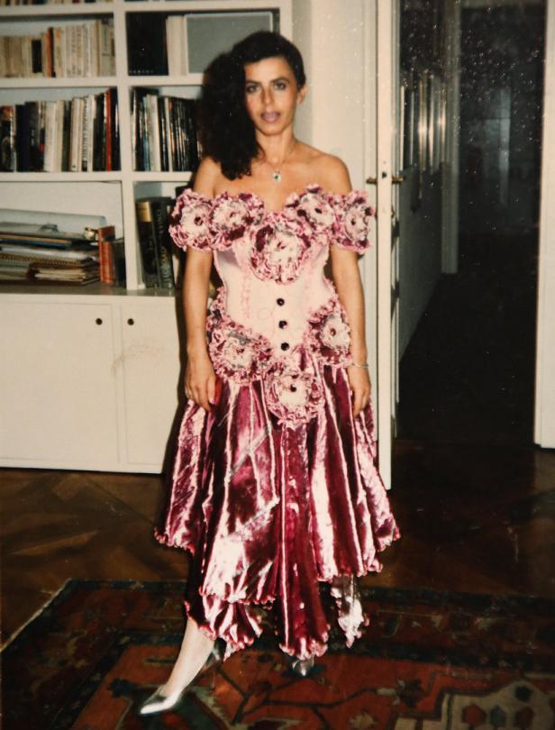 Mit zarten 24 schlüpfte sie in dieses pinke, damals 14.000 Schilling teure Kleid
