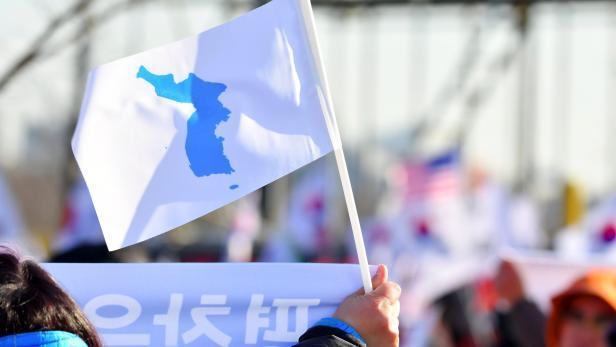 Auf weißem Grund in Blau die koreanische Halbinsel - die Flagge der Einheit.