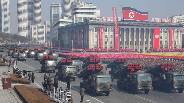 Eine große Militärparade kontrastiert die Symbole der Annäherung.