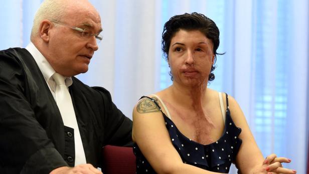 Vanessa Münstermann mit ihrem Anwalt Matthias Waldraff.