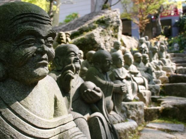 Japanische Touristen beim Tempel-Sightseeing, Kyoto
