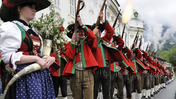 Ehrensalve der Tiroler Schützen
