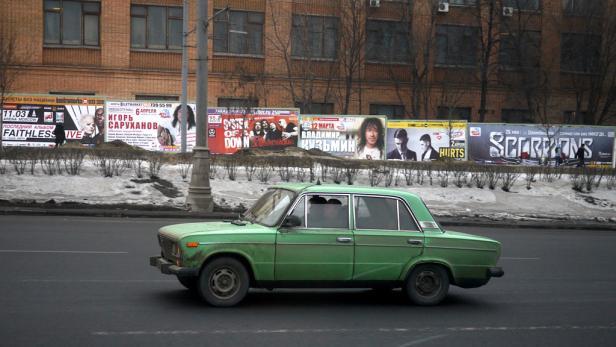 Im größten Autohaus Europas: Anton Tischler und Christian Gabriel sind in Moskau flott unterwegs