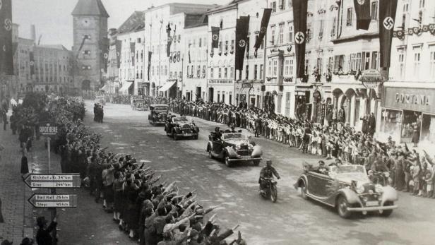 Hermann Göring fährt beim Einmarsch der Nazis 1938 in Österreich durch das jubelnde Wels.