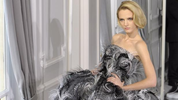 Dior Modeschöpfer Bill Gaytten präsentierte opulente Traumroben mit viel Liebe zum Detail.