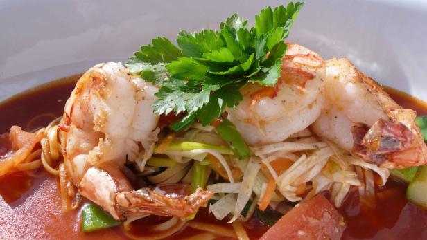 Küchenchef Strauss kocht mit perfekten Produkten. Hausklassiker Riesengarnelen mit Wokgemüse.