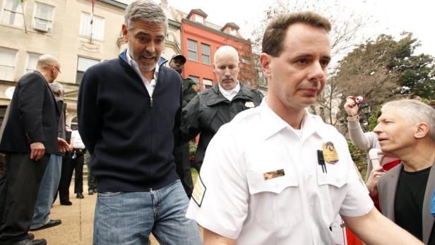 George Clooney und sein Vater werden wegen zivilem Ungehorsam verhaftet.