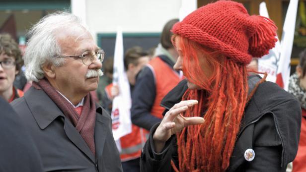 Landes-Vize Josef Ackerl, SP, im Gespräch mit einer Antifaschistin.