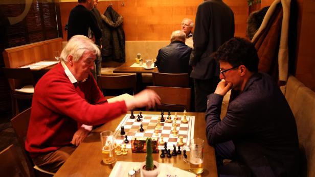Männer unter sich, Schachspieler, Fussballer beim …