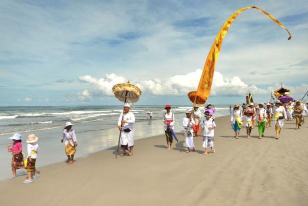 Bilder von der Melasti-Zeremonie im Vorfeld des balinesischen Neujahr.