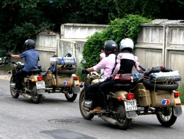 Elisabeth, Charles, Florent. Und zwei russische Bikes