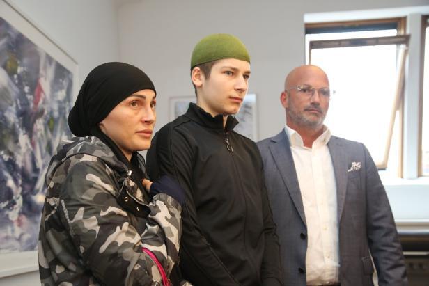 Mutter und Bruder des Opfers stellten sich Dienstag mit Anwalt Rast den Medien. Größter Wunsch: Eine neue Wohnung