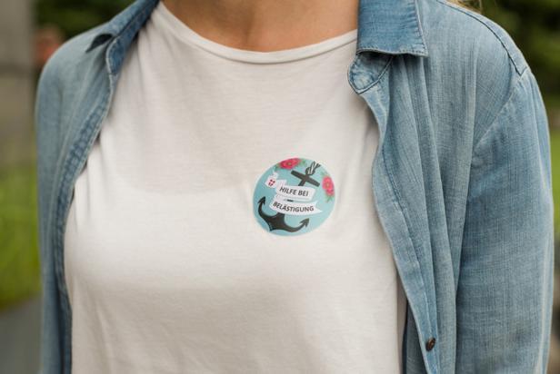Ansprechpartner tragen diesen Button