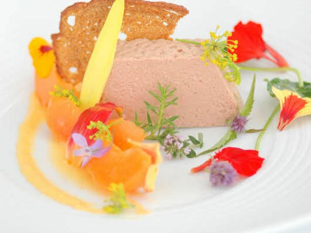 Schnittlauchblüten, Begonien, Hibiskus: Die farbenprächtigen Blüten holen den Garten auf den Teller.